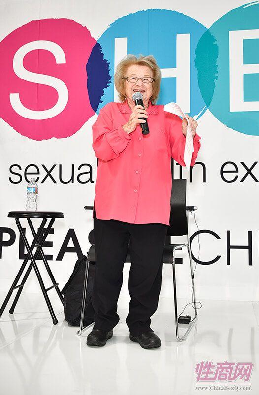 九十岁高龄的Ruth博士神采奕奕,热情宣讲性健康、性心理