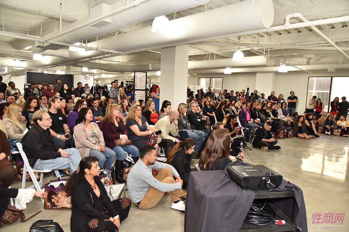 现场观众爆满,没有椅子的观众席地而坐