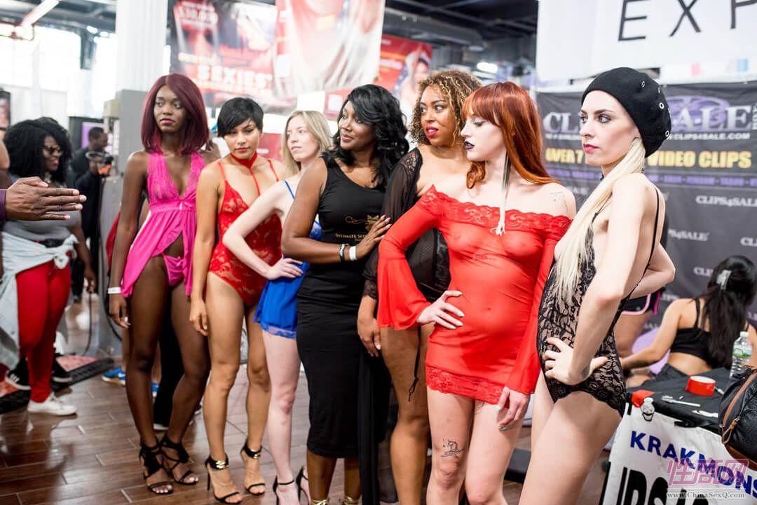 模特展示各式性感情趣内衣