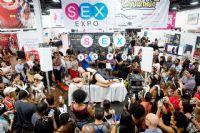 性学家和志愿者现场演示各种亲密体位