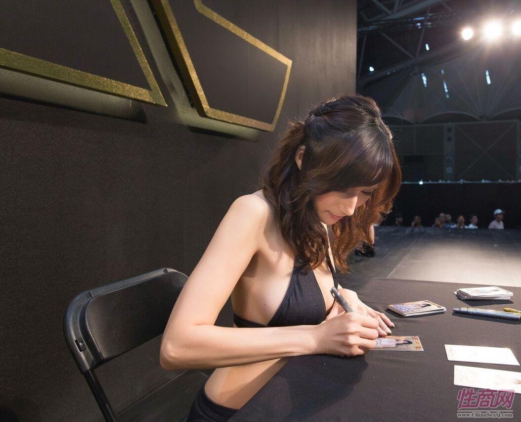 Julia赠送签名照片