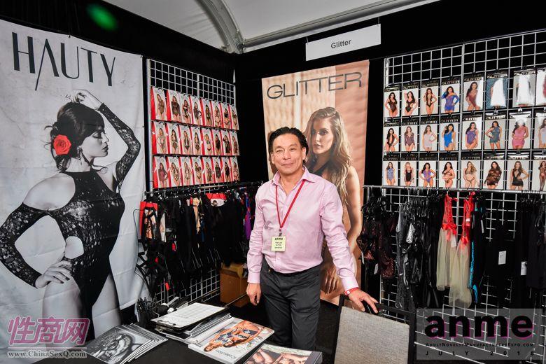 这位情趣内衣展商可能是华裔