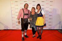 德国Pjur嘉宾身着传统巴伐利亚服装在摄影墙前留影