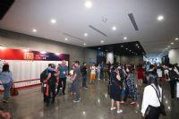 展商和采购商早早来到展厅,等待展会开幕