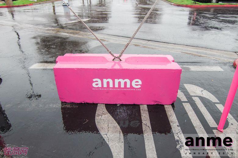 印有ANME的站外设施