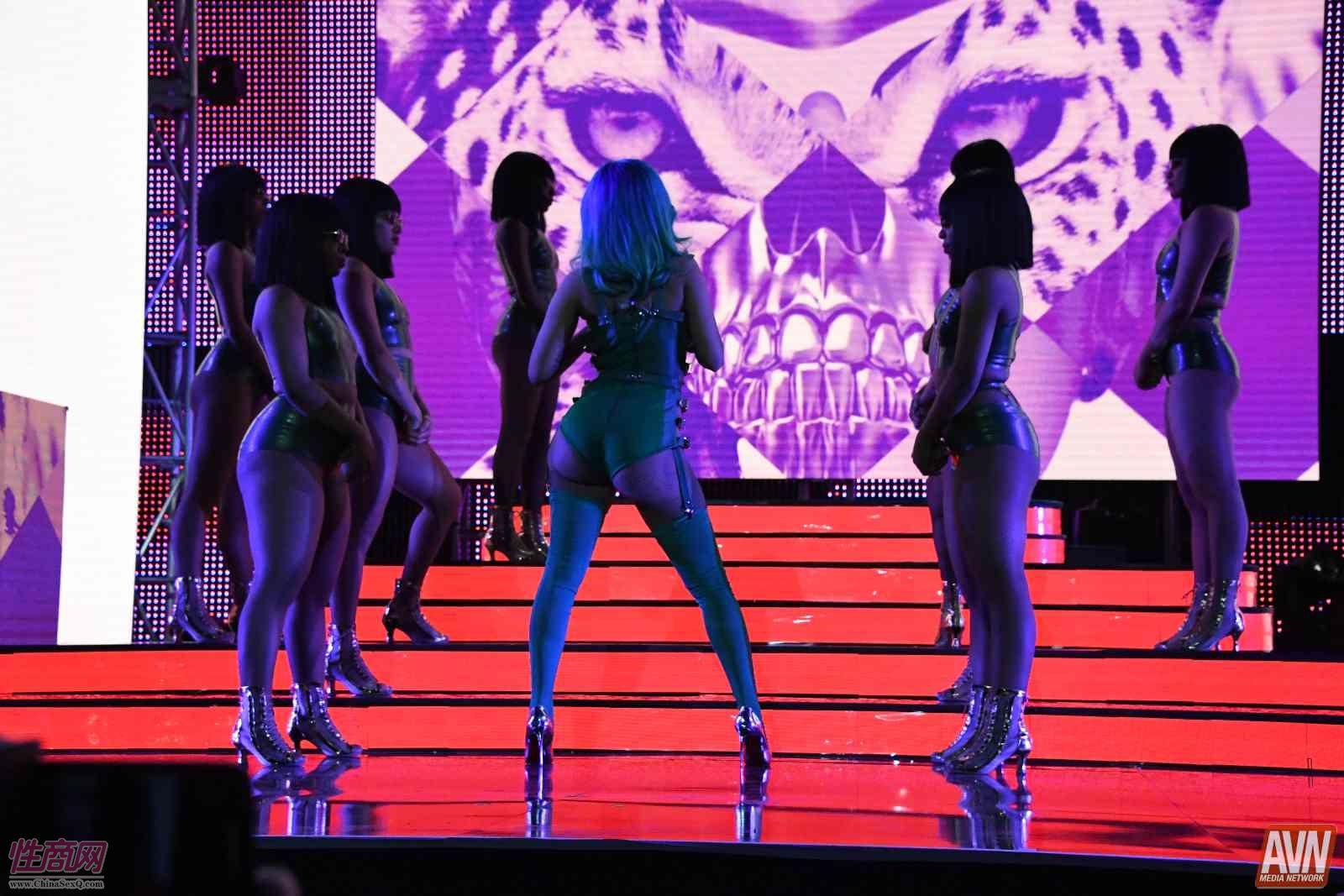 颁奖现场的歌舞表演