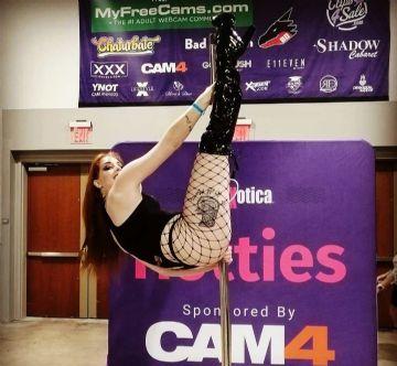 CAM4展区的钢管舞表演