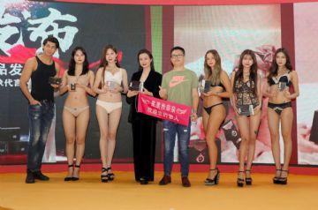 2019广州性文化节图片报道:展销模特