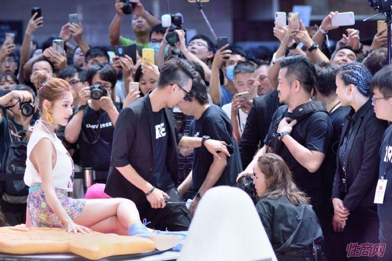 日本著名女优桥本有菜亮相台北成人博览图片55