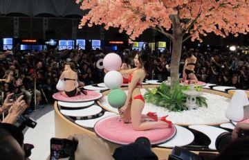 台北成人博览性感人体寿司演绎秀色可餐