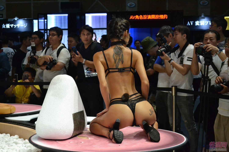 观众和女神亲密互动台北成人博览人气爆棚图片2