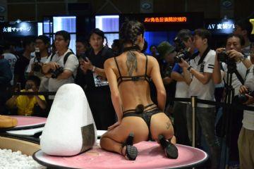 观众和女神亲密互动台北成人博览人气爆棚