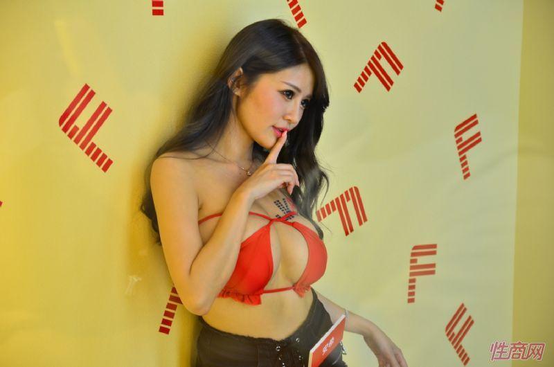 观众和女神亲密互动台北成人博览人气爆棚图片4