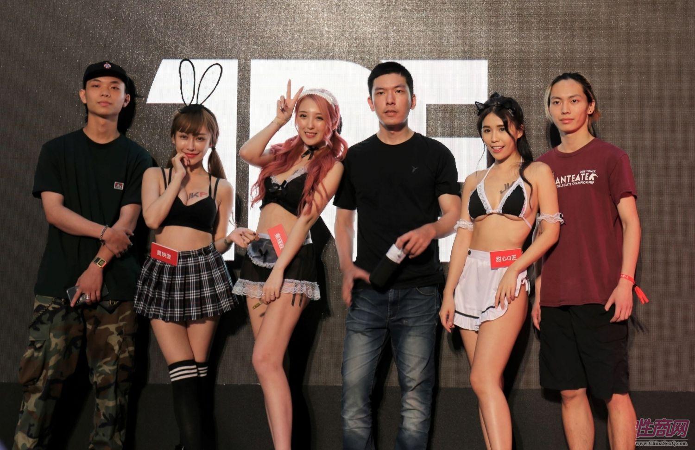 观众和女神亲密互动台北成人博览人气爆棚图片3