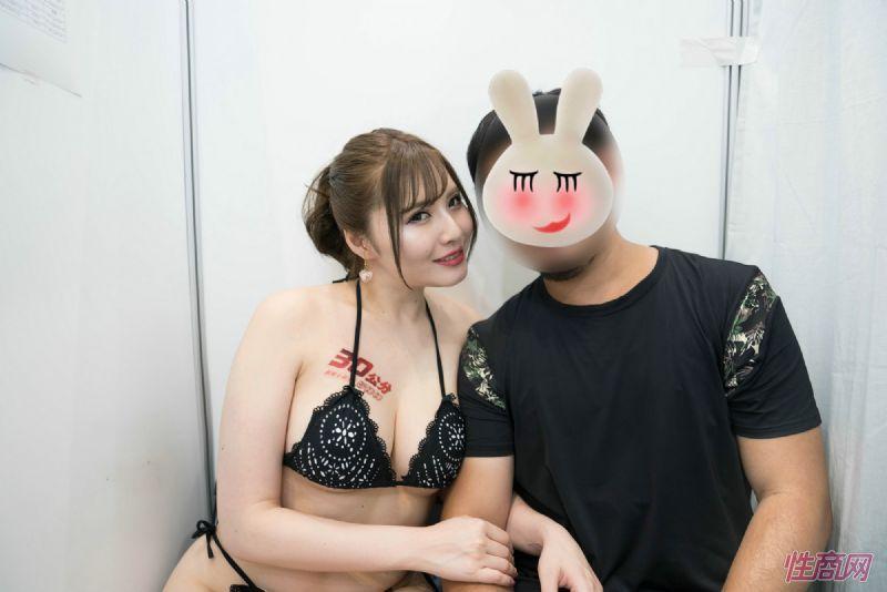 观众和女神亲密互动台北成人博览人气爆棚图片6