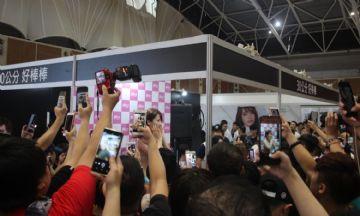 观众和女神亲密互动台北成人博览人气爆棚图片9