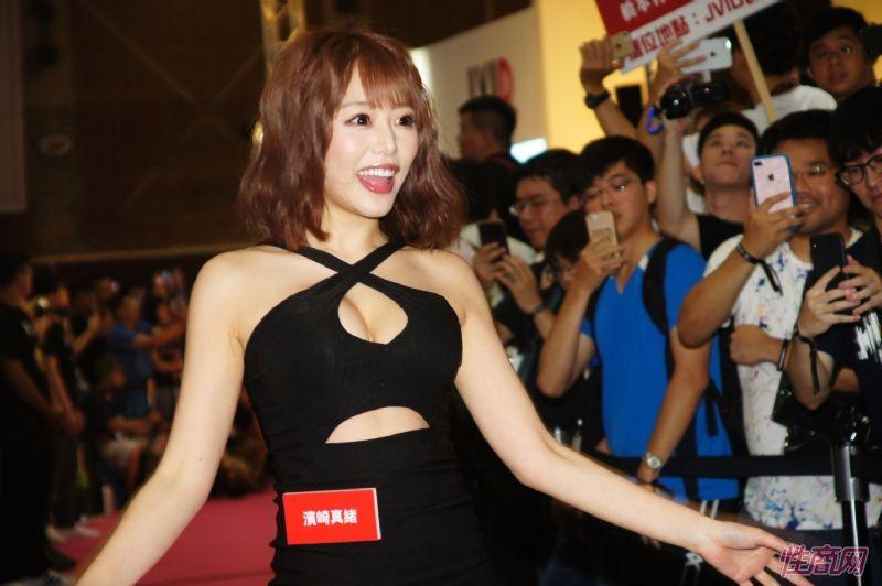 观众和女神亲密互动台北成人博览人气爆棚图片14