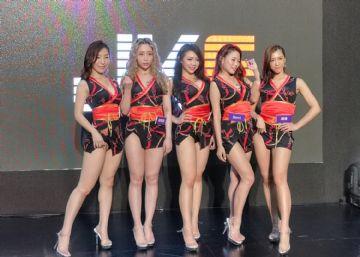 观众和女神亲密互动台北成人博览人气爆棚图片16