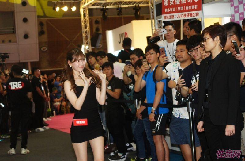 观众和女神亲密互动台北成人博览人气爆棚图片15