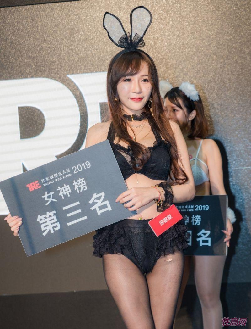 观众和女神亲密互动台北成人博览人气爆棚图片28