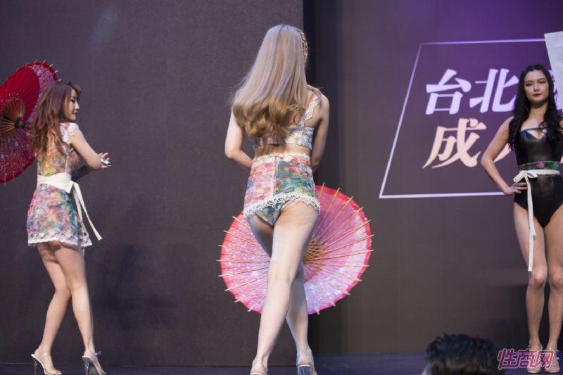 观众和女神亲密互动台北成人博览人气爆棚图片42
