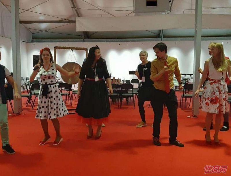 俄罗斯民族舞蹈,展商嘉宾们也一同起舞