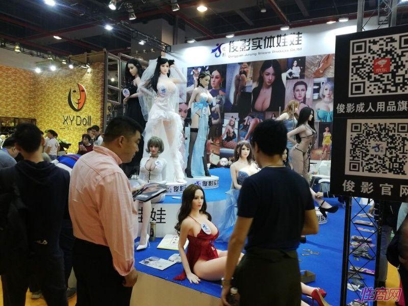 俊影实体娃娃前聚集了大量客户