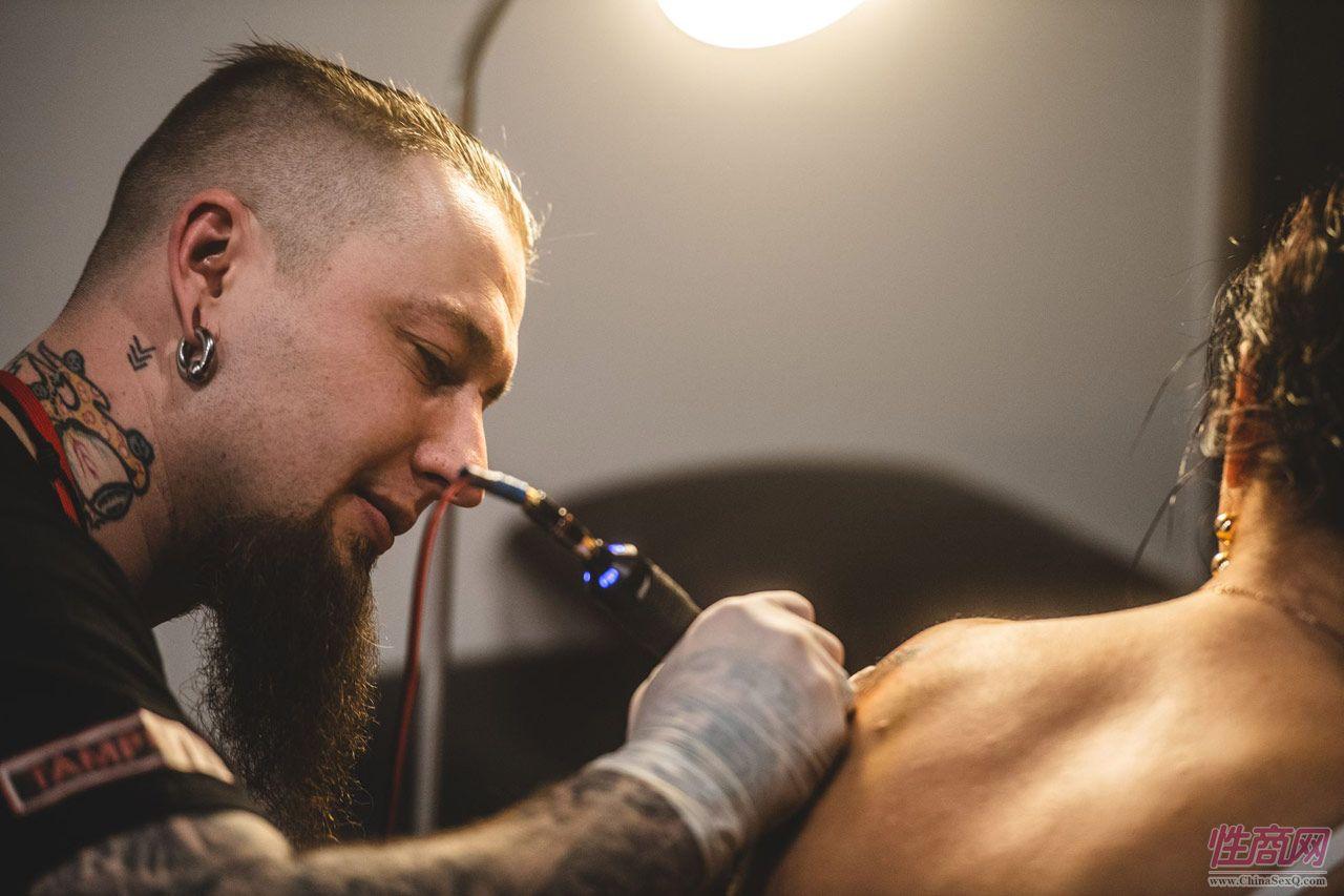 在展馆里可以现场纹身