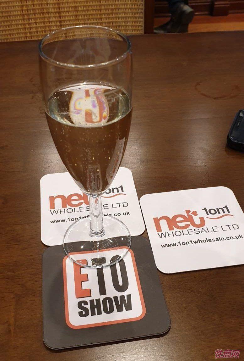 餐桌上的ETO广告标志
