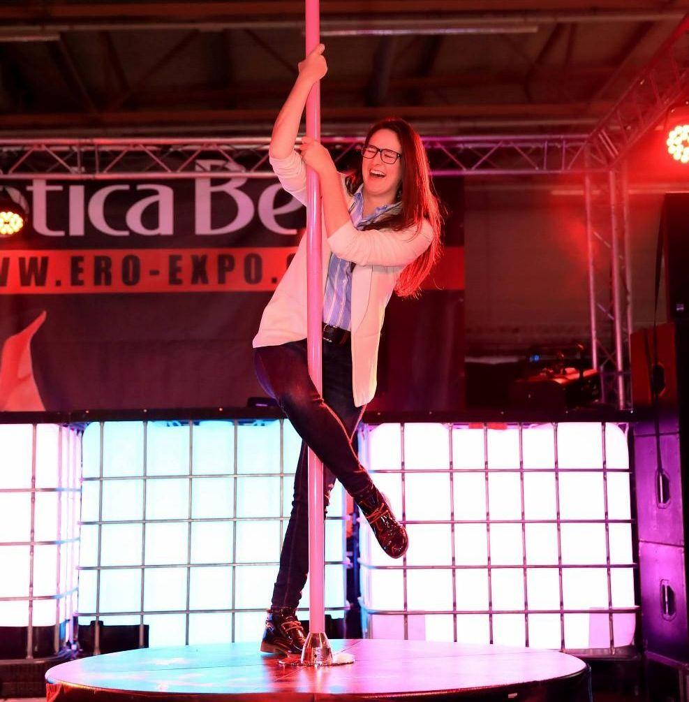舞会上,观众体验钢管舞 (1)
