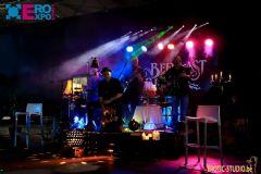 舞会现场还有专业的音乐团队 (2)