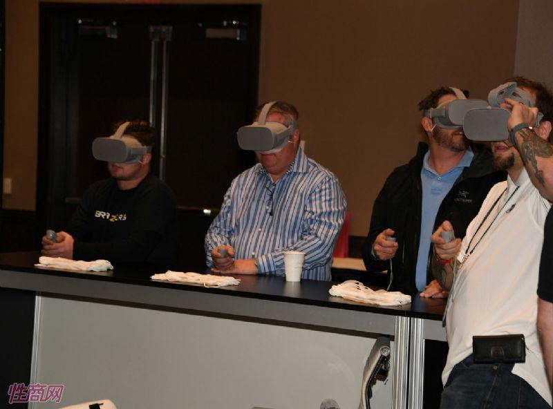 参展观众试玩VR情趣产品