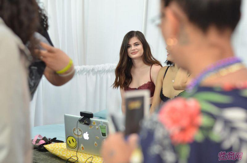 年轻女孩在视频直播