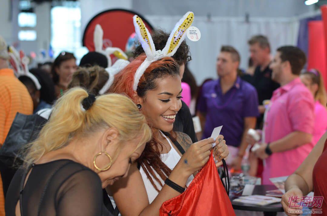 现场女观众领取兔子耳朵情趣发箍