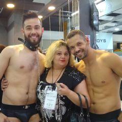 SM玩家和两位男模特合影