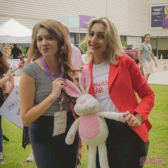 两位女嘉宾和情趣娃娃公仔玩偶合影