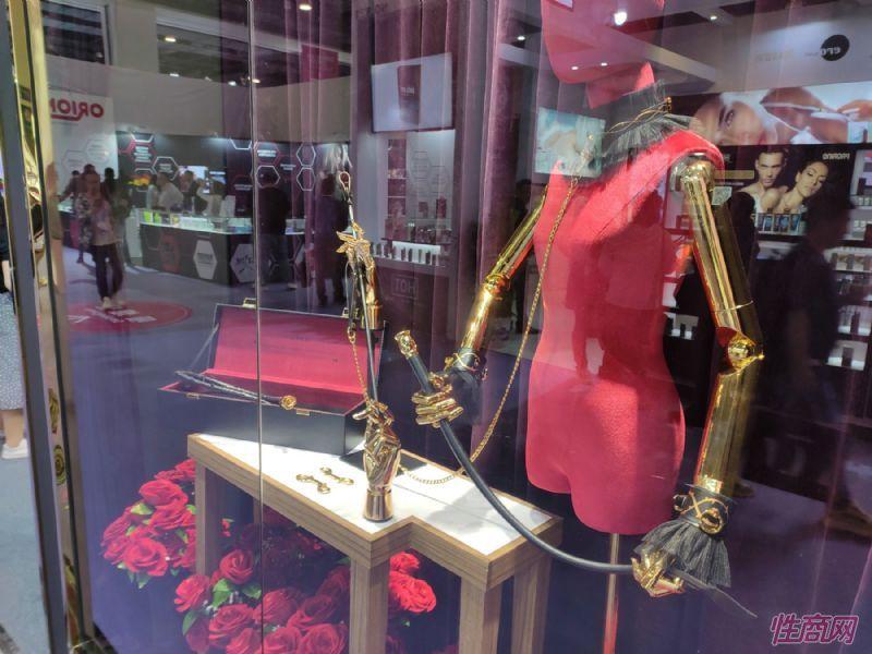 ZALO展台上略带SM风格的装饰