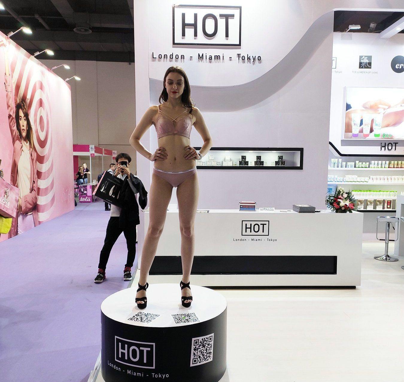 HOT邀请了外国模特展台
