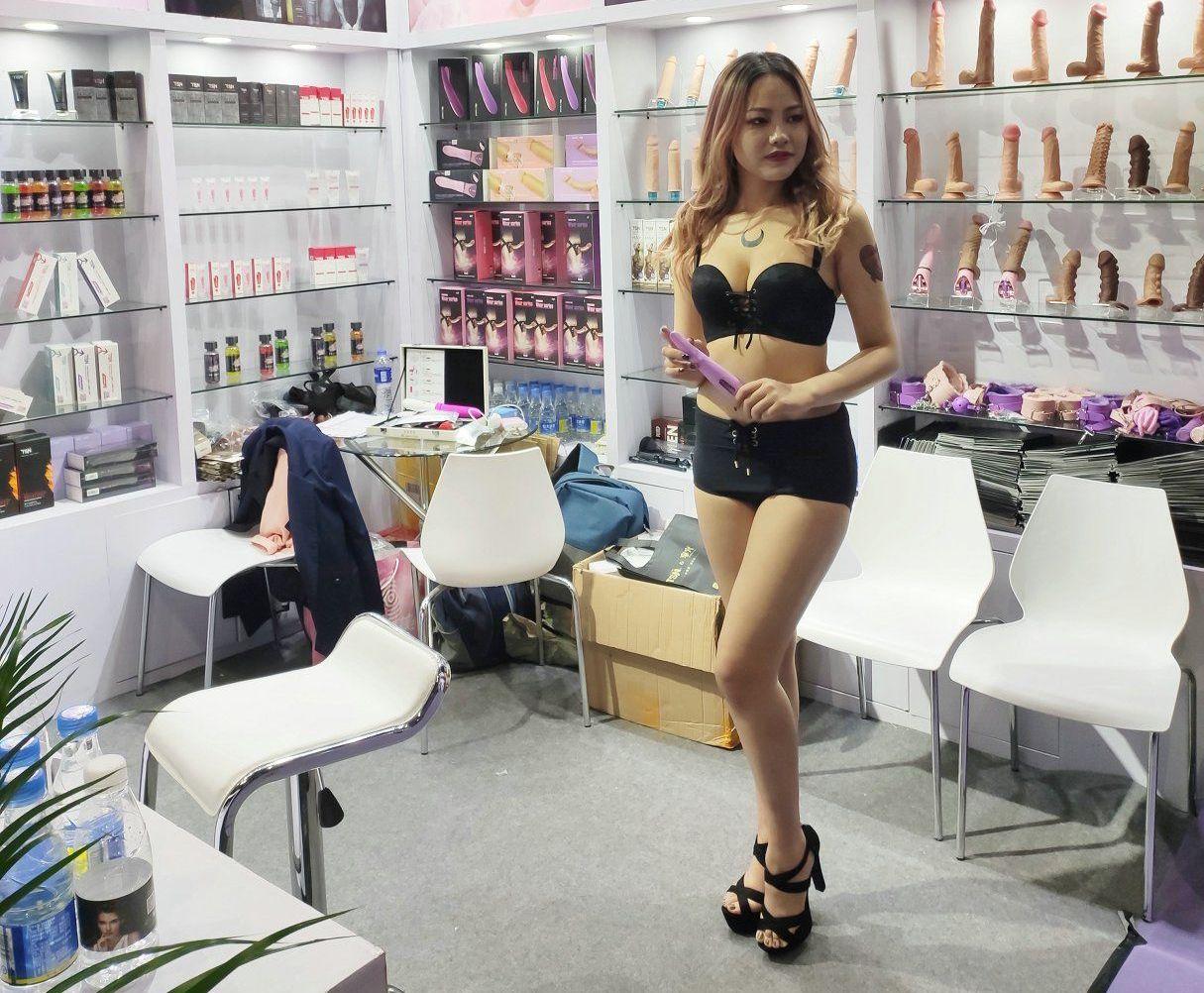 展商邀请模特展台宣传产品