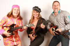 三位展商手捧吉他载歌载舞