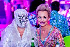 美女的女嘉宾和面具怪侠
