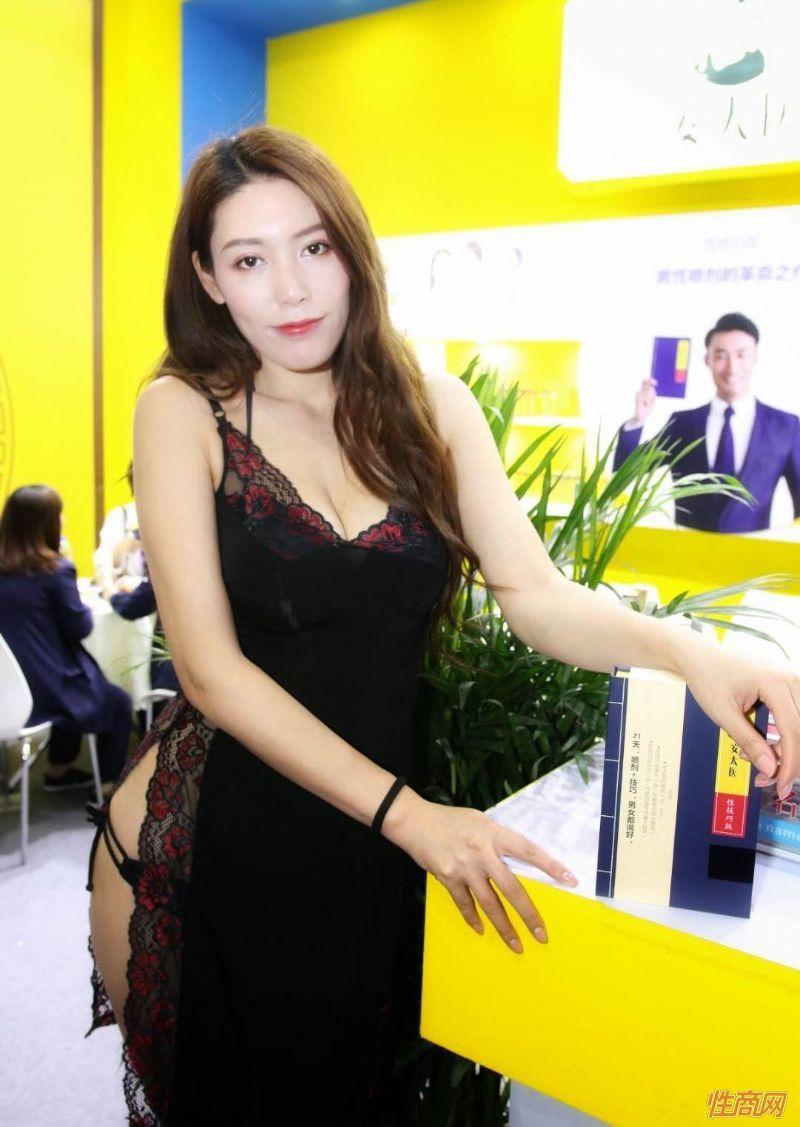 2019上海成人展图片报道:美女模特图片17