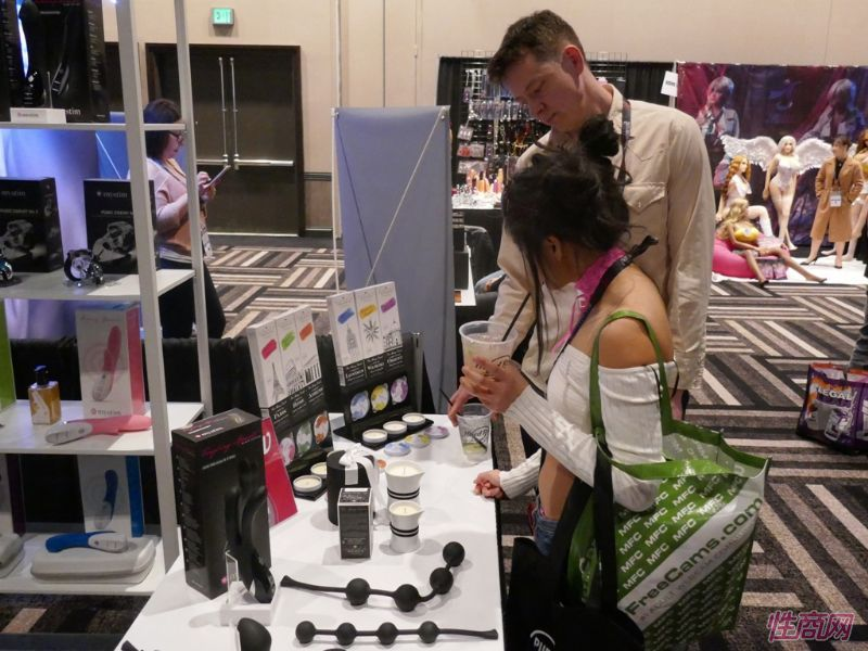 参加AVN的性感女星也来到情趣玩具展馆淘宝