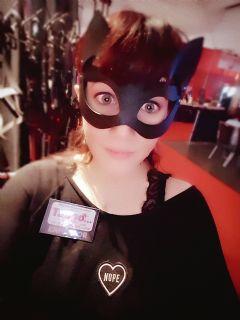 SM女展商头戴猫眼面具