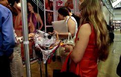 女采购商问展商:亲爱的,你觉得那些内裤怎么样?你觉得我丈夫会喜欢吗?