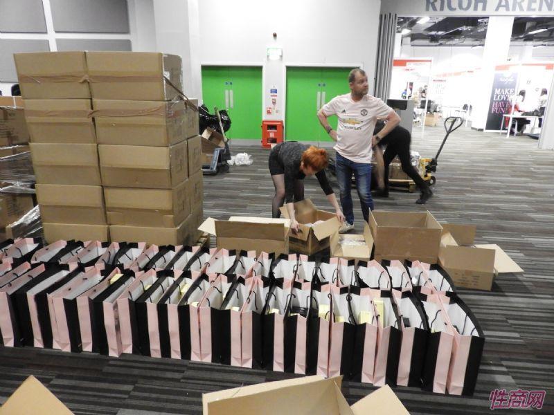 工作人员准备好赞助商Satisfyer的礼品袋