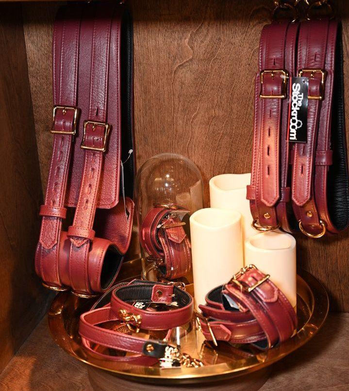 SM爱好者喜欢的低温蜡烛和束缚带