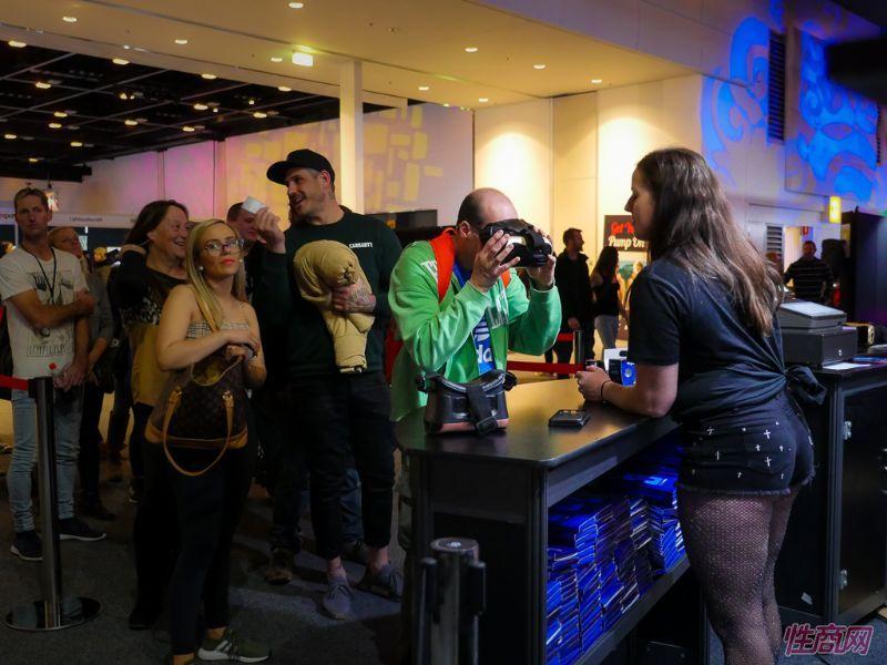 观众现场体验VR成人情趣娱乐产品