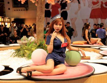 台北成人展人体寿司表演