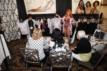 品牌商正在展示自家情趣内衣